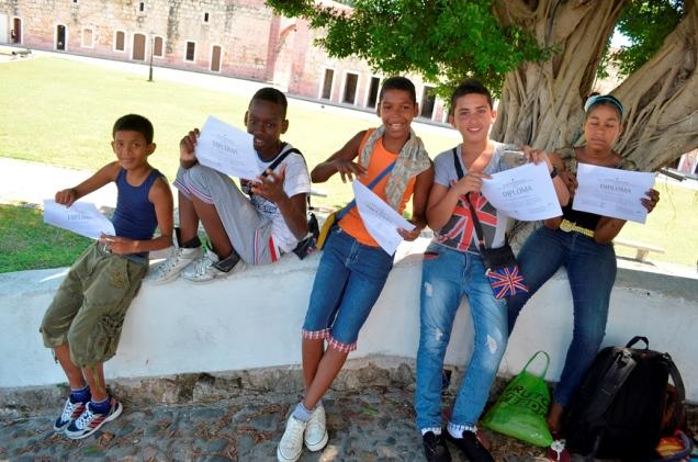 Daniel, Nadir, Edisleys, Briant, Naomi, recibiendo diploma Taller de Fotografia