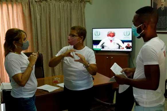 De izquierda a derecha Yilian Rodríguez, jefa del departamento de Comunicación del Centro Nacional de Superación y Desarrollo del Sordo (Cendsor); Miriam Meneses, vicepresidenta nacional de la Asociación Nacional de Sordos de Cuba (Ansoc), y Dony Wilson Limonta, presidente de la filial de la Ansoc en La Habana, conversan en la sede central de esta asociación, en La Habana.  Foto: Jorge Luis Baños/ IPS